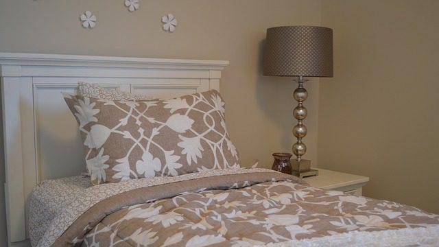 האם לישון לבדי בסוכה או בבית עם אשתי? הרב אבינר עונה