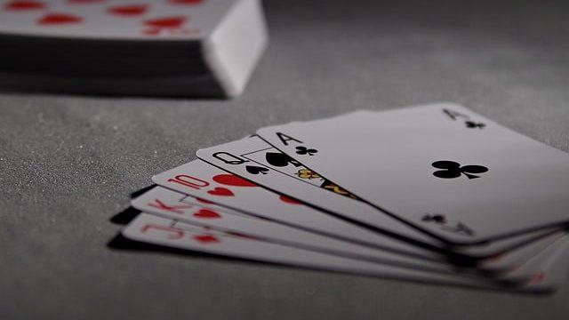 השכנה שלי מצליחה לקרוא בקלפים, האם שורה עליה רוח נבואה? הרב אבינר עונה