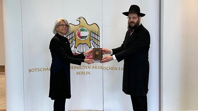 """יום השואה תשפ""""א: בשגרירות אבו דאבי עשו כבוד לרבה של ברלין"""