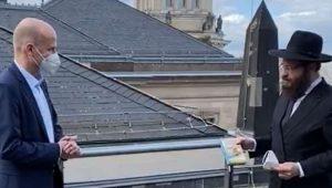 רגע היסטורי: ראש מפלגת השלטון בגרמניה התוועד על גג הבונדסטאג