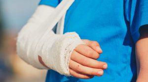 שאלה: מי שנשברה לו היד והיא מגובסת מה יעשה עם הנחת תפילין של יד?