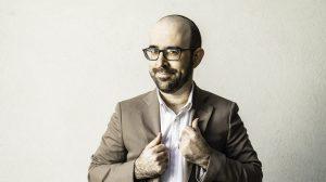 """""""בסטנדאפ לומדים להתרסק""""; אמיר מויאל בראיון על כסף, יהדות, ואמנות הסטנדאפ החדש"""