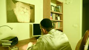 חסיד ותו לא: שירו החדש של מאיר ברוק